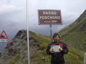 Passo Foscagno, 11:49 h. Steife Brise von rechts. Oder woher hätte ich sonst den Seitenscheitel?