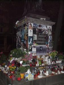Orlando di Lasso Denkmal, München, 3:04 h. Die Profanisierung des Andenkens des größten Komponisten seiner Zeit. Und ich meine nicht M. Jackson!